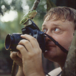 Frank Kardel - photographing a curious treefrog
